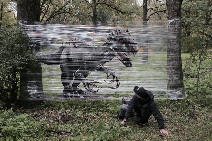Kαλλιτέχνης ζωγραφίζει γιγάντια ζώα σε σελοφάν στο δάσος